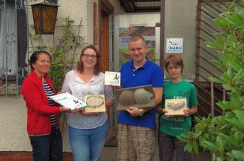Ina Ebert (links) vom NABU Sachsen hat der Wildvogelhilfe Leipzig die Plakette mit Urkunde überreicht. Patricia Seitz, Karsten Peterlein und Luis Schifter (v.l.n.r) vom Team der Wildvogelhilfe freuten sich über die Auszeichnung.  Foto: Carola Bodsch