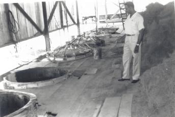 Gérard Moscoso devant les alambics en 1965