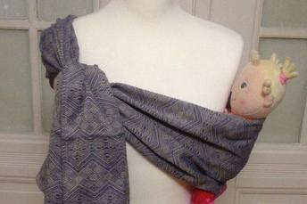 Iris Steger mit Tragepuppe im Buzzidil babysize und Baby auf dem Arm