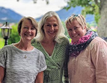 Andrea Volkelt, Petra Knickenberg und Marion Bischoff nach einem Impulstreffen in ihrem Lieblingscafé in Aschau im Chiemgau