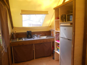 Coin cuisine avec évier, plaque 2 feux, frigo-congélateur, micro-ondes, cafetière