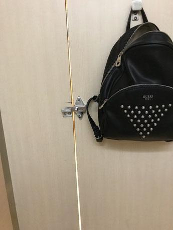 Spalt in der Toilettentür