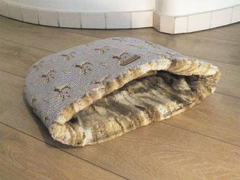 Exklusiver Hundeschlafsack für kleine Hunde Hochwertiges Fellimitat, grauer Baumwollstoff mit Hirschmuster ÖkoTex100