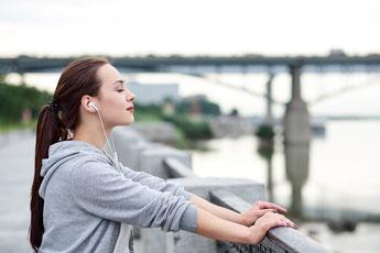 Frau draussen natur joggen musik hobby achtsamkeit ikigai resilienz