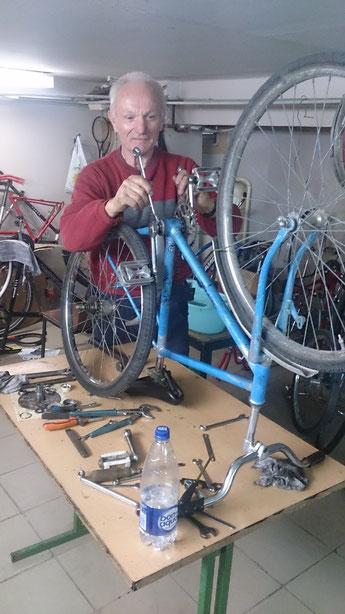 Franz bei der Fahrradreparatur. Mehr als 20 Fahrräder wurden fahrbereit instant gesetzt. Einige andere Räder wurden total zerlegt und dienen als Ersatzteillager