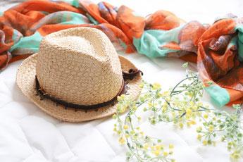 朝の身支度。フローリングの床にずらっと並べられた縞のネクタイ、革のベルト、スマホ、手帳と万年筆、財布、ワイシャツ。小さな花びん。
