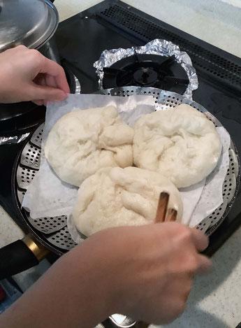 大きなフライパンに3つしか入らないから、4回にわけて蒸したんだ!つまり12個作ったよ+マントウも2回蒸したよ…