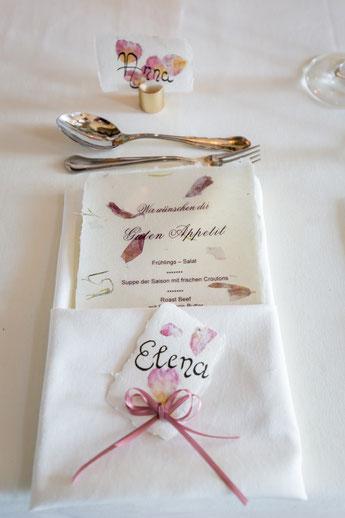 Hochzeitpapeterie mit Rosenblüten