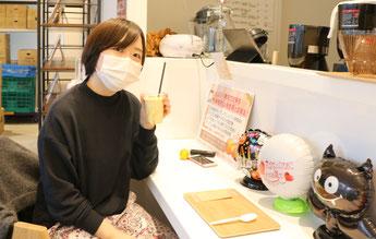 焼き芋ミルクを手に取る取材スタッフあべちゃん