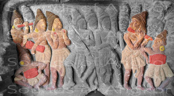 1. Deux flûtistes jouent avec des tambourinaires et des cymbalistes. Détail du linteau de Vat Ang Khna. Sambor Prei Kuk. Musée National du Cambodge. VIIe siècle.