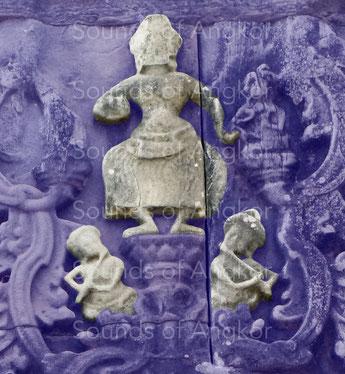 3. Deux flûtes et deux paires de cymbalettes accompagnent une danseuse sacrée. Phnom Bakheng, fin IXe - début Xe s.