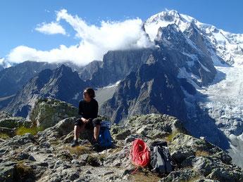 Au sommet, sur fond de Mt-Blanc