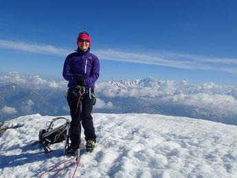 Nadine au sommet du Mt-Pourri; au fond le Mt-Blanc