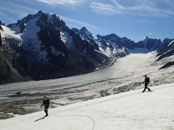 Audrey et Aurélien à la descente sur fond de Glacier d'Argentière