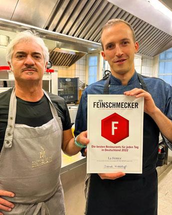 Unser Koch Alberto beim Anrichten von Salat-Variationen.