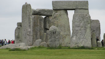 Samstag: Vom Flughafen in London fahren wir gleich nach Stonehenge mit seinen rätselhaften Megalith Skulpturen.