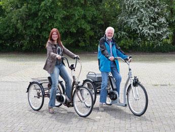 Dreiradfahrerinnen im Park