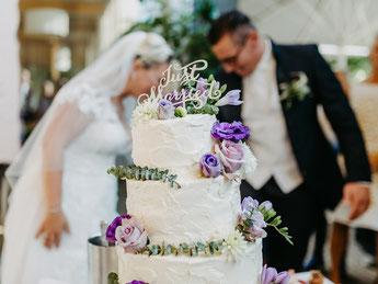 Creme Torte mit frischen Blumen
