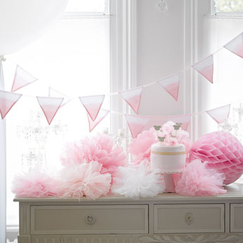 pompons, lampions déco anniversaire fille - pompoms girl party decoration