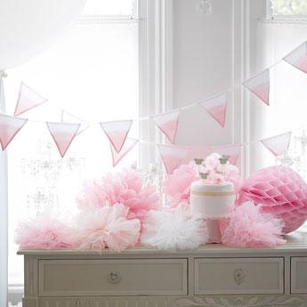 pompons, lampions déco anniversaire fille - pompoms girl party decoration