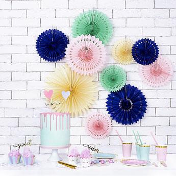 rosaces-eventails-bapteme-decoration-salle-bapteme-fille-garcon-rosaces-pastels