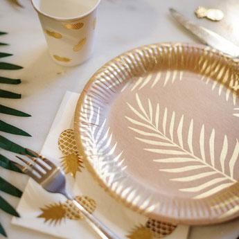 bapteme-theme-tropical-decoration-de-table-feuilles-de-palmiers-dores