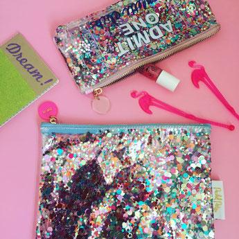 trousses paillettes multicolores- idées cadeaux fille- party pouch admit 1 confetti girl gift idea