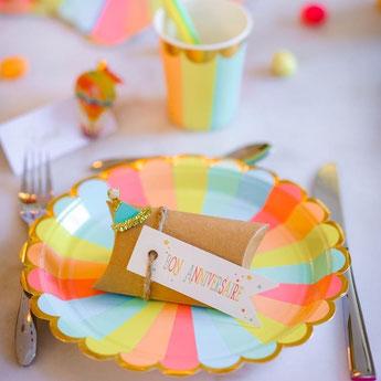 anniversaire-enfant-theme-multicolore-assiettes-gobelets