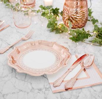 decoration-table-bapteme-originale-assiettes-serviettes-couverts-rose-gold