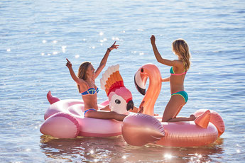 bouées géantes flamant rose et cacatoes sunnylife été 2018- cockatoo inflatable sunnylife summer 2018