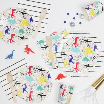 deco-table-anniversaire-garcon-assiettes-gobelets-serviettes-dinosaures.jpg