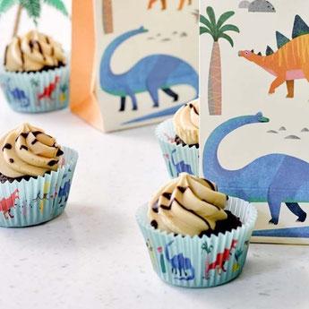 anniversaire-enfant-theme-dinosaures-deco-anniversaire-dinosaures-invitations-dinosaures