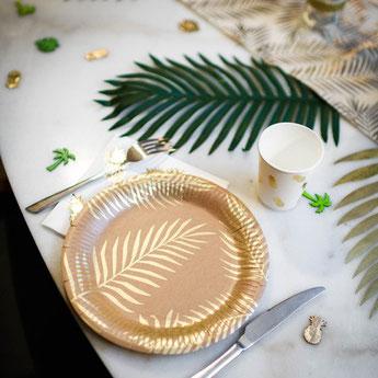 decoration-anniversaire-theme-tropical-vaisselle-jetable-kraft-feuilles-palmier-dorees.jpg