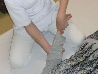 しんそう福井武生では、手足のバランスから身体の歪みを分析、調整し、腰痛、肩こり、不妊、座骨神経痛なども改善します。