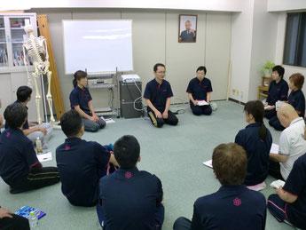 しんそう療方京都研修会では、身体の歪みを手足のバランスから調整し、不調を改善していく技術を教えています。