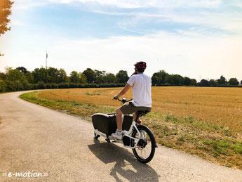 Mit dem Lasten e-Bike durch die Felder fahren