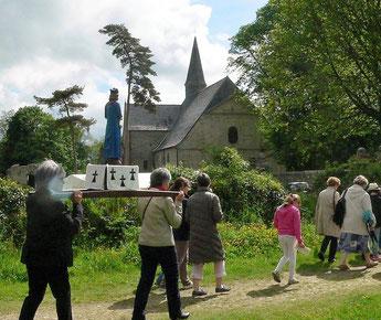 La procession, conduite vers l'abbaye par St Yves.