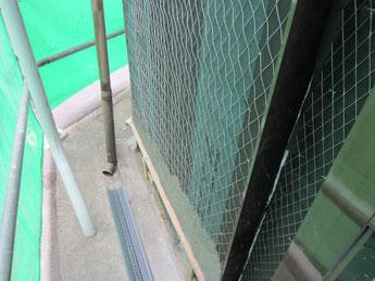 新しいモルタル下地をつくる、サッシュ周りは防水テープを貼ります