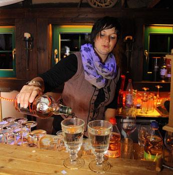 Bar mit Servicepersonal  (Foto: V. Reinfahrt)
