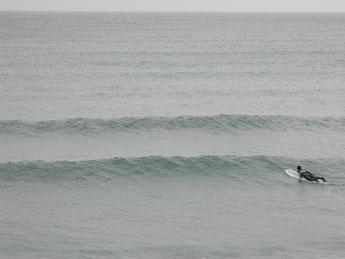 昼頃はヒザぐらいだったウネリも腰ぐらいまでUPしてきましたが潮が満ち込んできてインサイド寄りのブレイクになっていいます。