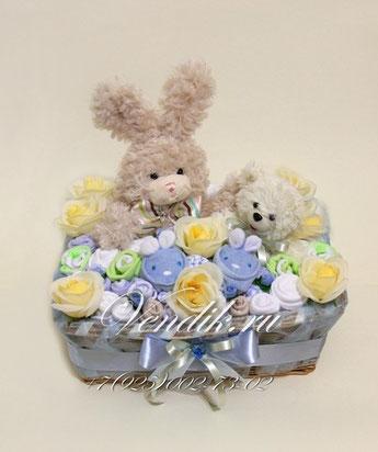 """Беби букет  из детской одежды для мальчика в плетёной корзинке """"Мишка с Зайкой"""""""