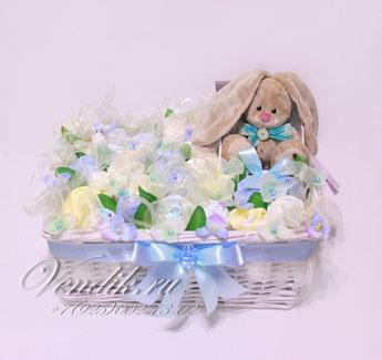Подарок для новорожденного мальчика букет из детской одежды в большой корзине с Зайчиком Ми