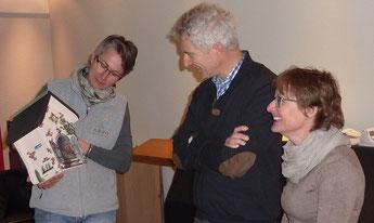 Vorstandsmitglied Sabine Gut dankt der Familie Bühler für ihren jahrelangen Einsatz der Vogelnistkasten-Pflege