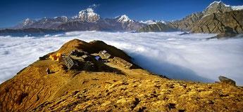 Kopra Ridge Yoga Trek in Nepal, Blick über Kopra Ridge Aussichtspunkt und Bergkette; Yoga Urlaub in Nepal, Yoga Trekking in Nepal