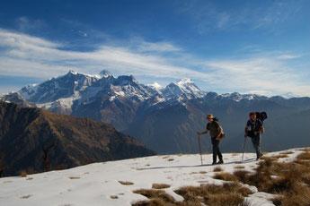 Mardi Himal Yoga Trek in Nepal, Trekkers mit schneebedeckten Gipfeln im Hintergrund; Yoga Urlaub in Nepal, Yoga Trekking in Nepal