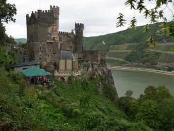 Burg Rheinstein bei Bingen im Mittelrheintal