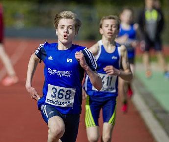 Jonas Arnold (368) gewinnt den 2000-m-Lauf der M14 in 6:55,65 min.
