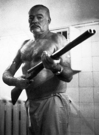 Ernest Hemingway 2 luglio 1961, mise in bocca le canne del suo fucile preferito e premette il grilletto.