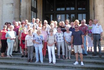 Die Teilnehmer der Exkursion vor dem Eingang zur Villa Hügel         (Foto: Echle)