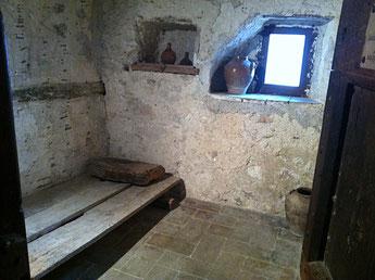 mittelalterliches Bett in den Klosterzellen von Monteluco
